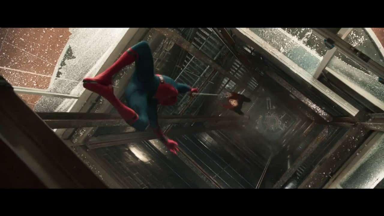 Cena de Homem-Aranha de Volta ao Lar em que o herói salva Liz