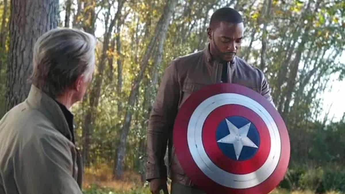 Chris Evans e Anthony Mackie em cena (Reprodução / Marvel)