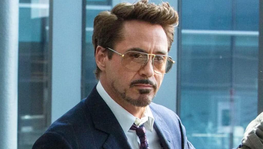 Actor Robert Downey Jr. exits The Ivy restaurant February