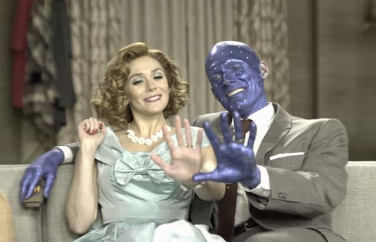 Elizabeth Olsen e Paul Bettany nos bastidores de WandaVision (Divulgação)