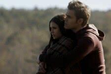 Stefan (Paul Wesley) e Elena (Nina Dobrev) em The Vampire Diaries (Reprodução)