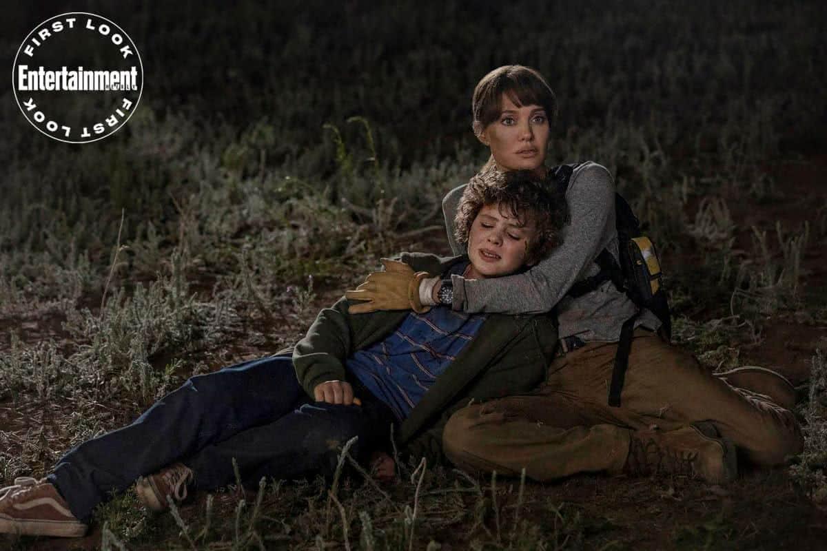Finn Little e Angelina Jolie em Those Who Wish Me Dead (Divulgação / Warner Bros.)