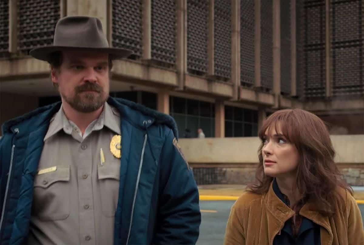 Hopper (David Harbour) e Joyce (Winona Ryder) em Stranger Things (Reprodução)