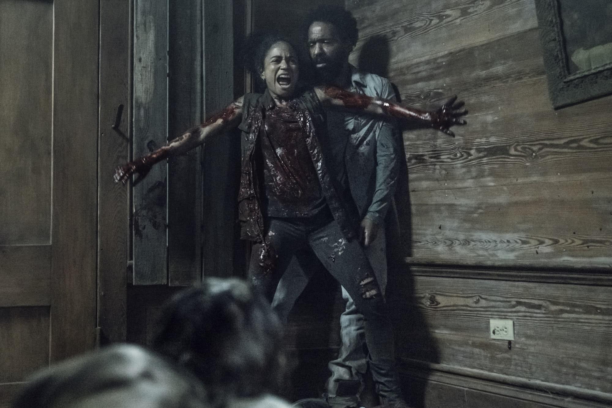 Connie (Lauren Ridloff) e Virgill (Kevin Carroll) em The Walking Dead