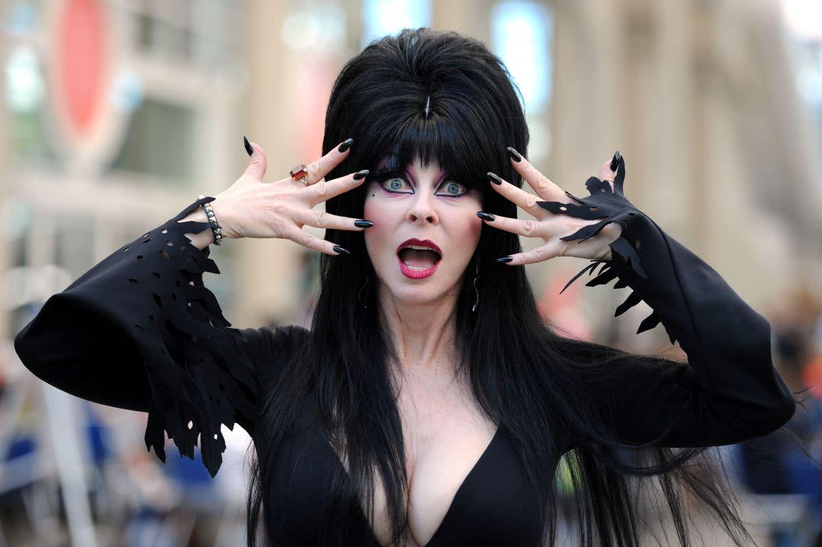 Cassandra Peterson como Elvira (Divulgação)
